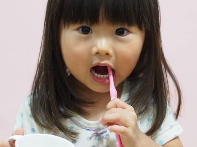 歯磨きをする女の子5|写真素材なら「写真AC」無料(フリー)ダウンロードOK (5412)