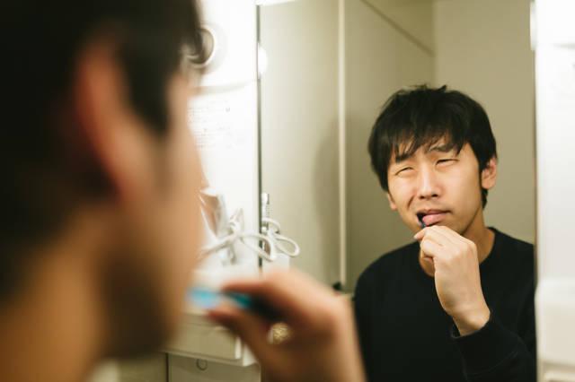 歯磨き中えずくアラサー|フリー写真素材・無料ダウンロード-ぱくたそ (5488)