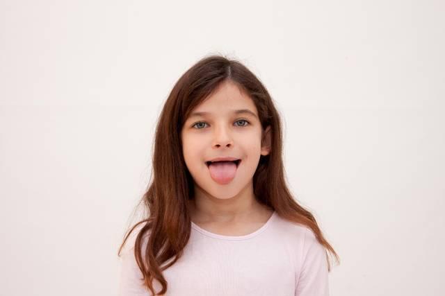 舌を出す外国人少女|写真素材なら「写真AC」無料(フリー)ダウンロードOK (5711)