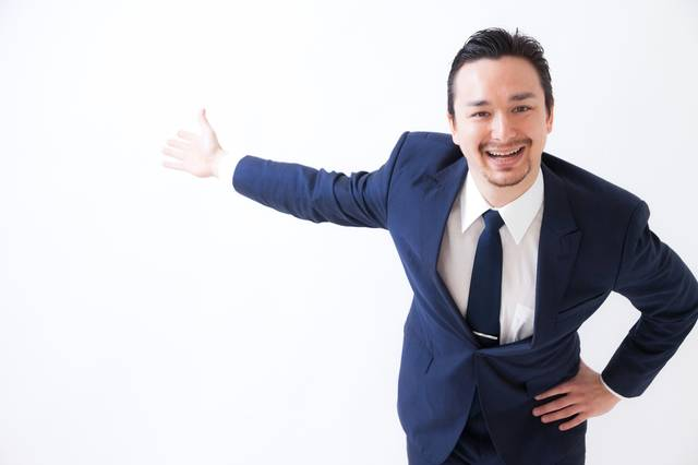 笑顔がしつこい営業マン|フリー写真素材・無料ダウンロード-ぱくたそ (5906)