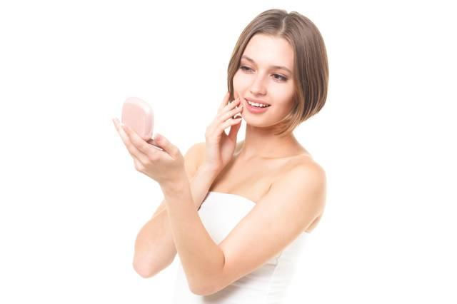 肌の状態を確認するロシア人女性|フリー写真素材・無料ダウンロード-ぱくたそ (6012)