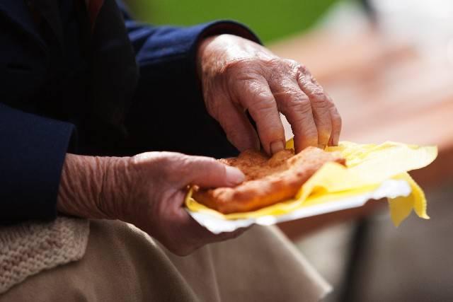 食べ物をつかむ老人の手|写真素材なら「写真AC」無料(フリー)ダウンロードOK (6853)