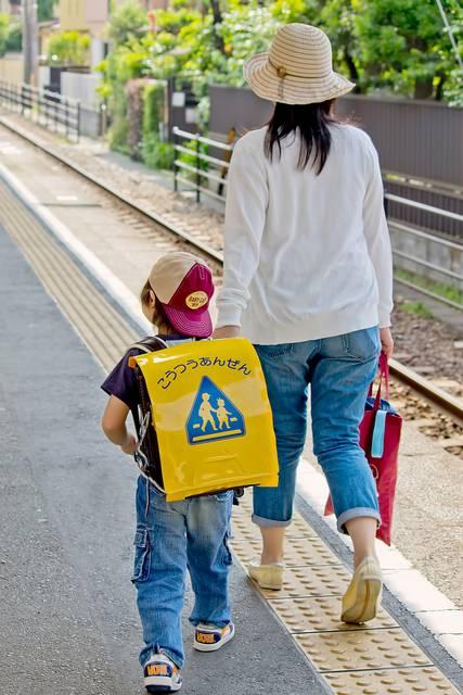 駅のホームを歩く親子|フリー写真素材・無料ダウンロード-ぱくたそ (7267)