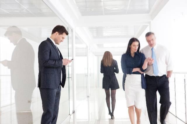 廊下を歩くビジネスマンたち11|写真素材なら「写真AC」無料(フリー)ダウンロードOK (7757)