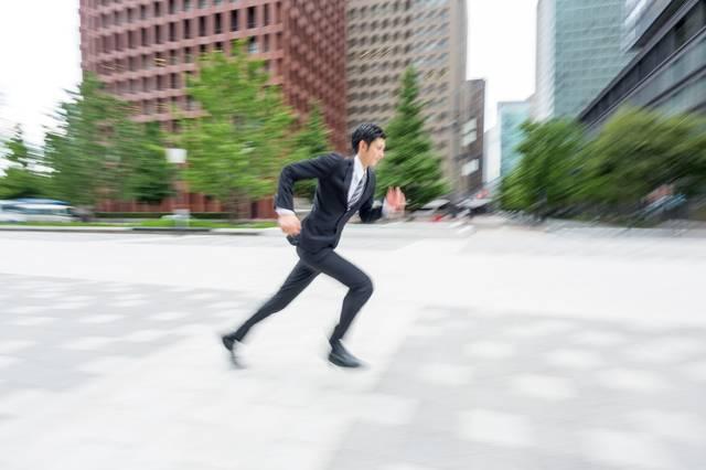 駆け抜けるビジネスマン|フリー写真素材・無料ダウンロード-ぱくたそ (7758)