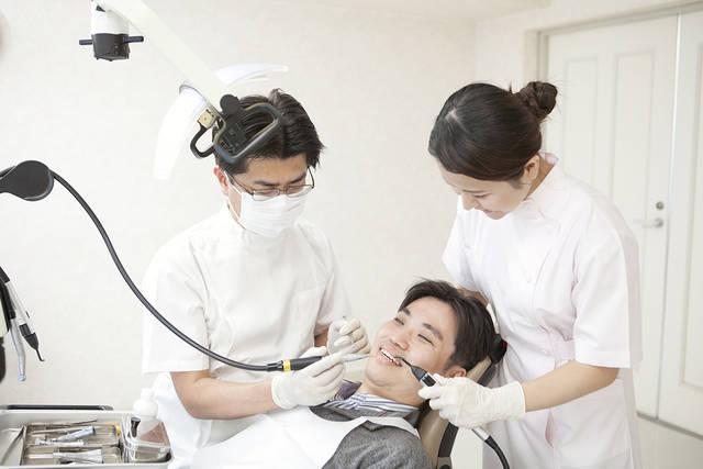 虫歯の治療をする歯科医と歯科助手 (m015-220) | 無料人物写真フリー素材の【ビジトリーフォト】商用利用OK (7760)