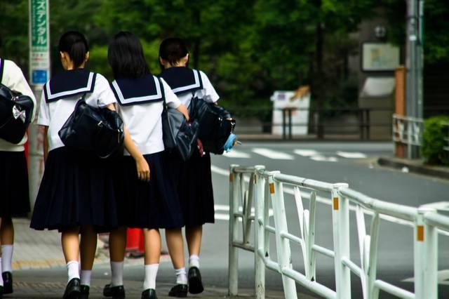 下校中の女子中学生|フリー写真素材・無料ダウンロード-ぱくたそ (7779)