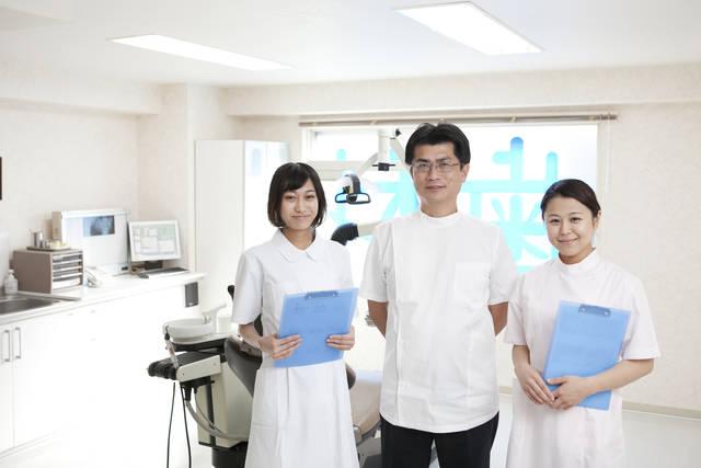 歯科助手2人に挟まれる歯科医 (m015-260) | 無料人物写真フリー素材の【ビジトリーフォト】商用利用OK (7799)