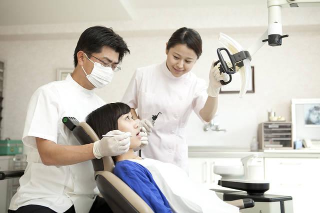 虫歯の治療をする歯科医と歯科助手 (m015-244) | 無料人物写真フリー素材の【ビジトリーフォト】商用利用OK (7806)