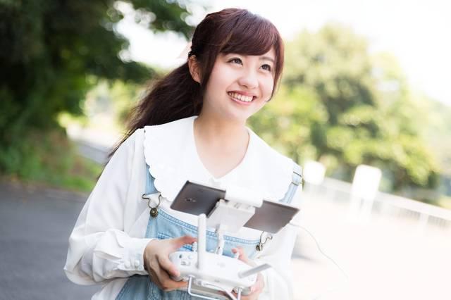 初めてドローンを操作する女性|フリー写真素材・無料ダウンロード-ぱくたそ (7811)