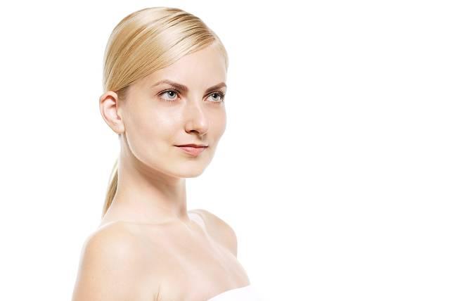 見上げる金髪の外国人女性(美容) フリー写真素材・無料ダウンロード-ぱくたそ (7823)