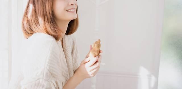 人形を持って微笑む女性|フリー写真素材・無料ダウンロード-ぱくたそ (7837)