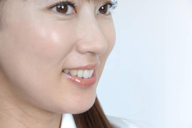 女性の横顔 (m003-055) | 無料人物写真フリー素材の【ビジトリーフォト】商用利用OK (7890)