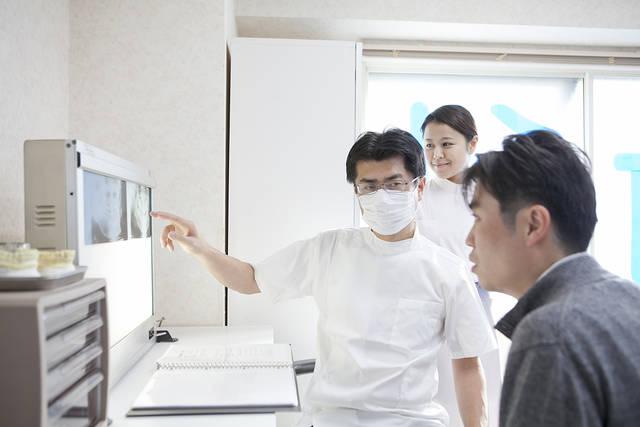 男性患者にレントゲンを説明をする歯科医 (m015-271) | 無料人物写真フリー素材の【ビジトリーフォト】商用利用OK (8080)