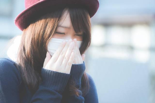 花粉症でくしゃみが止まらないマスクをした女性|フリー写真素材・無料ダウンロード-ぱくたそ (8435)