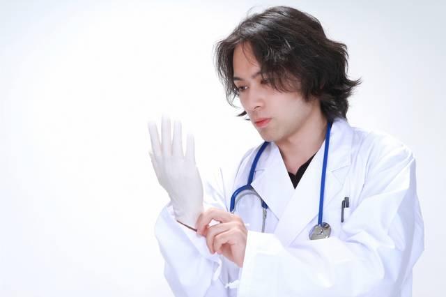 ゴム手袋を装着する若い医師|フリー写真素材・無料ダウンロード-ぱくたそ (8956)