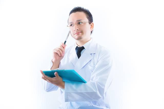 検査結果に悩むドクター|フリー写真素材・無料ダウンロード-ぱくたそ (9564)