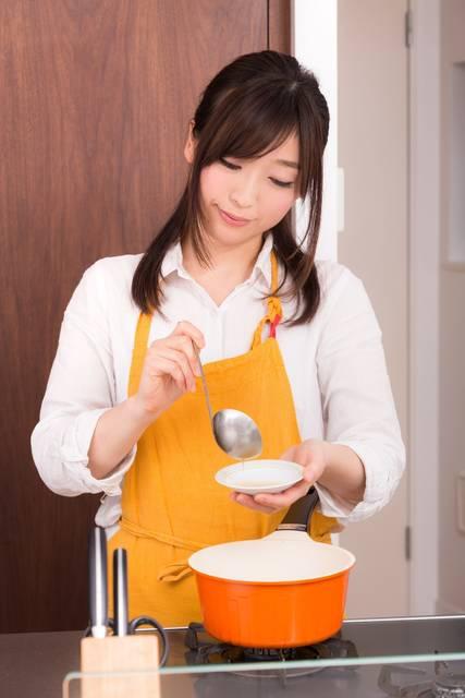 味噌汁をつくっている妻|フリー写真素材・無料ダウンロード-ぱくたそ (9716)