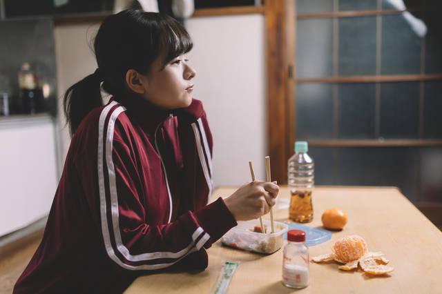 貧困から抜け出せないジャージ女子|フリー写真素材・無料ダウンロード-ぱくたそ (10773)
