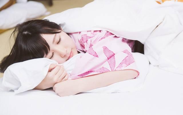 これから起こる寝起きドッキリを見破りネタフリをする女性タレント|フリー写真素材・無料ダウンロード-ぱくたそ (10801)