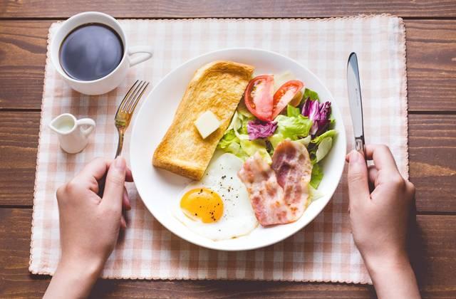 朝食はコーヒーとパン、目玉焼きにベーコン|フリー写真素材・無料ダウンロード-ぱくたそ (10837)