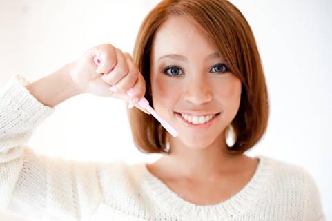 写真素材 足成:歯磨きをする女性 (10989)