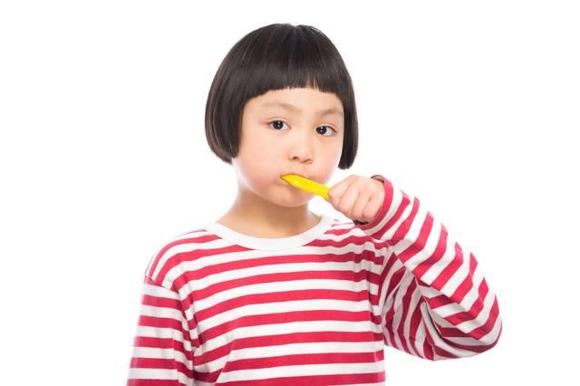 歯磨きの練習をする女の子|フリー写真素材・無料ダウンロード-ぱくたそ (11053)