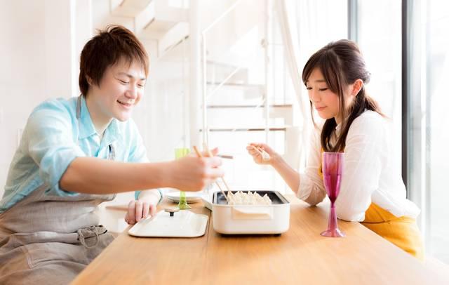 夫婦仲良く餃子パーリー|フリー写真素材・無料ダウンロード-ぱくたそ (11271)