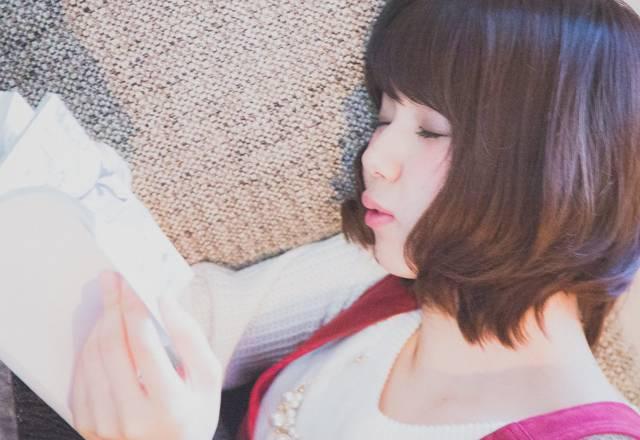Zzzz (マンガを読みながら寝落ちする彼女)|フリー写真素材・無料ダウンロード-ぱくたそ (11273)