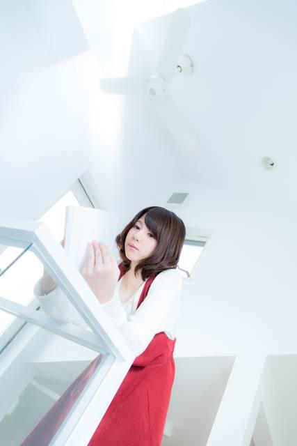 吹き抜けの新築でマンガを読む女性|フリー写真素材・無料ダウンロード-ぱくたそ (11274)