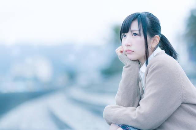もの寂しげな表情で考えこむ女子高生|フリー写真素材・無料ダウンロード-ぱくたそ (11463)
