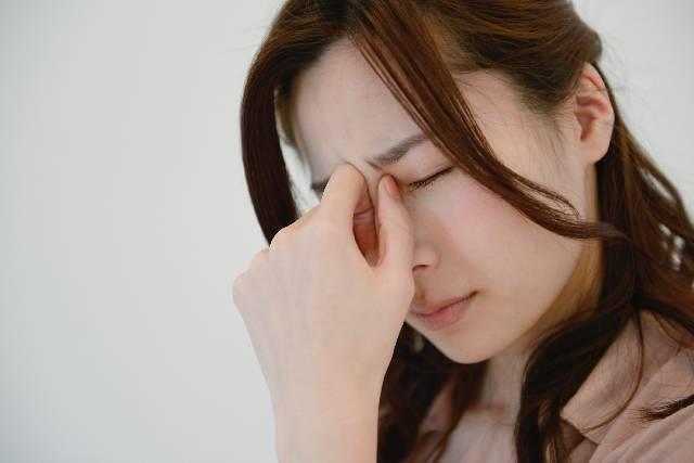 眉間を抑える女性2|写真素材なら「写真AC」無料(フリー)ダウンロードOK (11537)