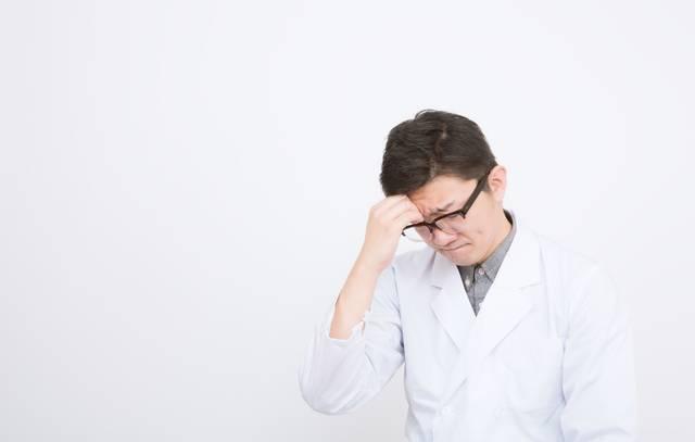 困ってしまった先生(医者)|フリー写真素材・無料ダウンロード-ぱくたそ (11541)
