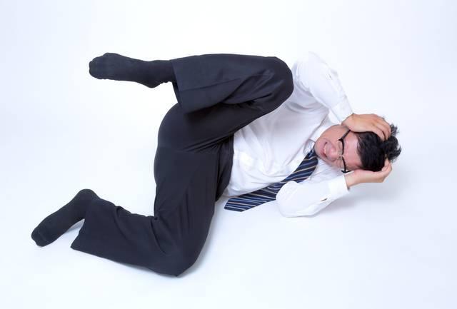 頭を抱えてジタバタする男性|フリー写真素材・無料ダウンロード-ぱくたそ (11543)