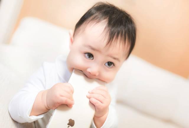 新しいスマートフォンを食べる赤ちゃん|フリー写真素材・無料ダウンロード-ぱくたそ (11552)