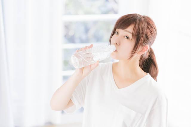 寝起きの水分補給|フリー写真素材・無料ダウンロード-ぱくたそ (11563)