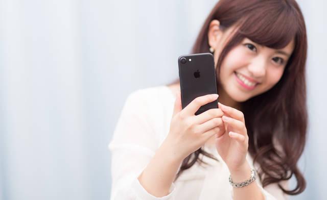 黒いスマートフォンは大人っぽい?|フリー写真素材・無料ダウンロード-ぱくたそ (11565)