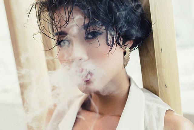 [フリー写真] 口から煙を吐く女性でアハ体験 -  GAHAG | 著作権フリー写真・イラスト素材集 (11576)