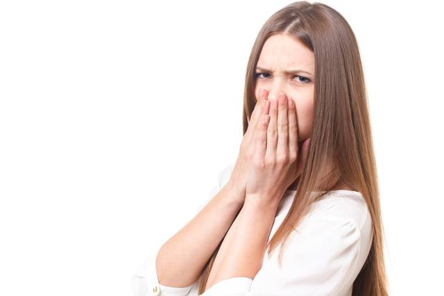 口を手で塞ぎひどい見幕でこちらを見る若い女性|フリー写真素材・無料ダウンロード-ぱくたそ (11579)