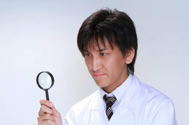 虫眼鏡で確認する白衣の男性|フリー写真素材・無料ダウンロード-ぱくたそ (11582)