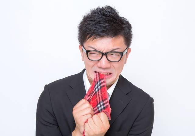 悔しくてハンカチを噛む眼鏡男子|フリー写真素材・無料ダウンロード-ぱくたそ (11583)