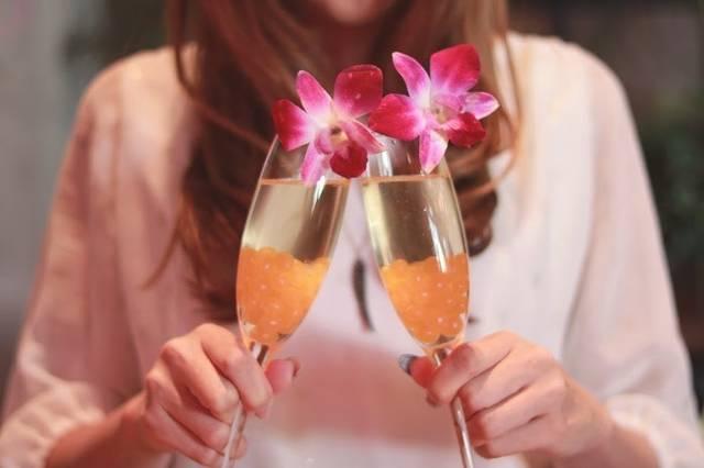 オシャレなお酒をひとりで楽しく乾杯している女の子のフリー写真画像 GIRLY DROP (11594)