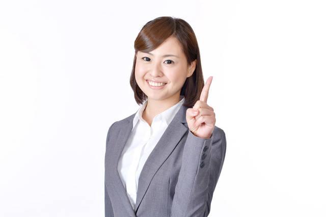 [フリー写真] 人差し指を立てながらアドバイスする女性社員でアハ体験 -  GAHAG | 著作権フリー写真・イラスト素材集 (11595)