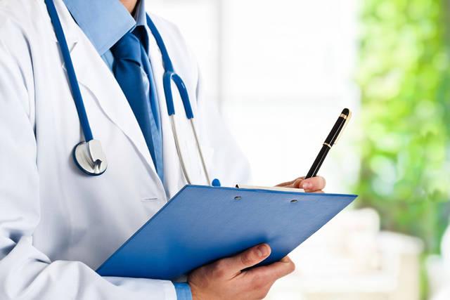 [フリー写真] 問診票を抱えるお医者さんでアハ体験 -  GAHAG | 著作権フリー写真・イラスト素材集 (11598)