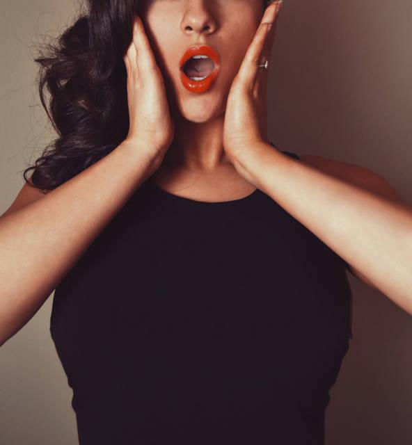 [フリー写真] 頬に手を当てて驚く女性でアハ体験 -  GAHAG | 著作権フリー写真・イラスト素材集 (11600)