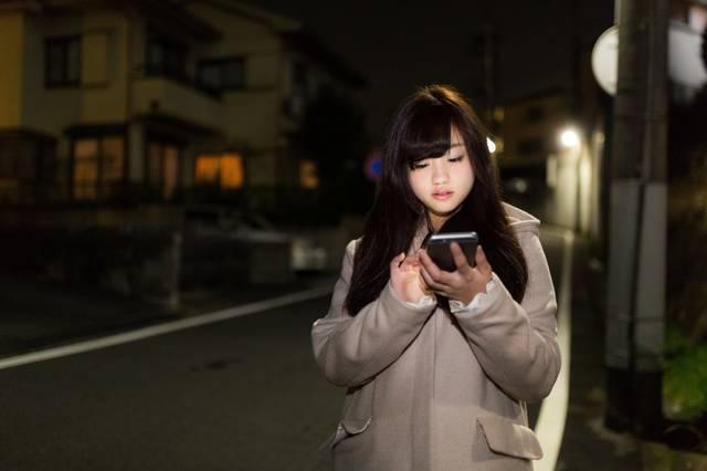 深夜に歩きスマホをする女の子|フリー写真素材・無料ダウンロード-ぱくたそ (11614)