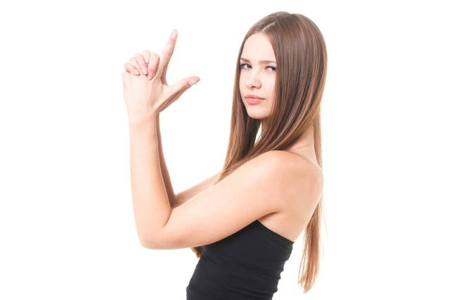指で拳銃を撃つ仕草をするロシア人美女|フリー写真素材・無料ダウンロード-ぱくたそ (11616)