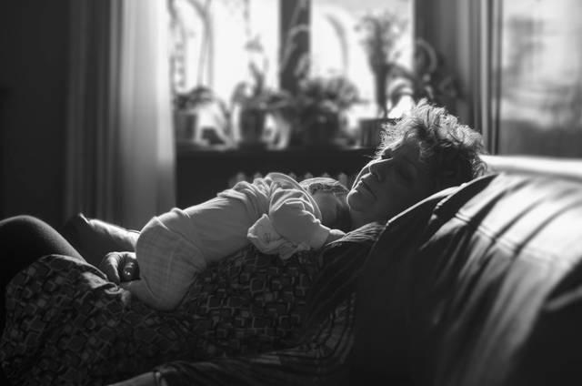 [フリー写真] 孫の赤ちゃんと一緒に眠るおばあさんでアハ体験 -  GAHAG | 著作権フリー写真・イラスト素材集 (11648)