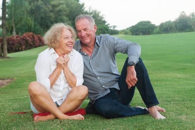 芝の上に座る老夫婦5|写真素材なら「写真AC」無料(フリー)ダウンロードOK (11654)