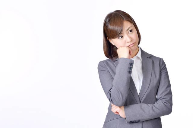 [フリー写真] 頬に手を当てて悩んでいる女性社員でアハ体験 -  GAHAG | 著作権フリー写真・イラスト素材集 (11658)